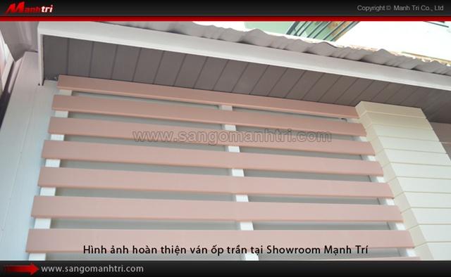 Dự án thi công ván gỗ ốp trần hoàn thiện tại Showroom Mạnh Trí