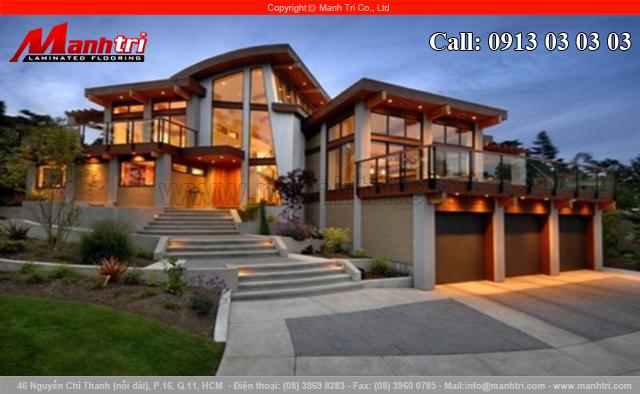 Nhà đẹp với sàn gỗ công nghiệp và kính