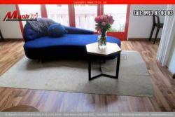 Sự kết hợp giữa sàn gỗ và nền tường, ghế sofa cho phòng khách