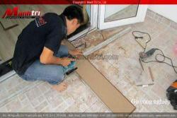 Hình ảnh nhân viên thi công lắp đặt sàn gỗ công nghiệp của Mạnh Trí