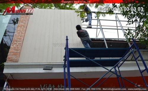 Video thi công lắp đặt gỗ nhựa làm bảng hiệu vách ốp tường ngoài trời