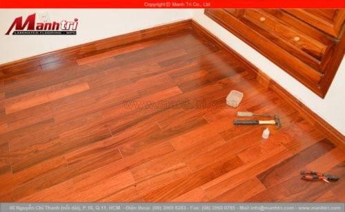 Có sàn gỗ tự nhiên cao cấp không?