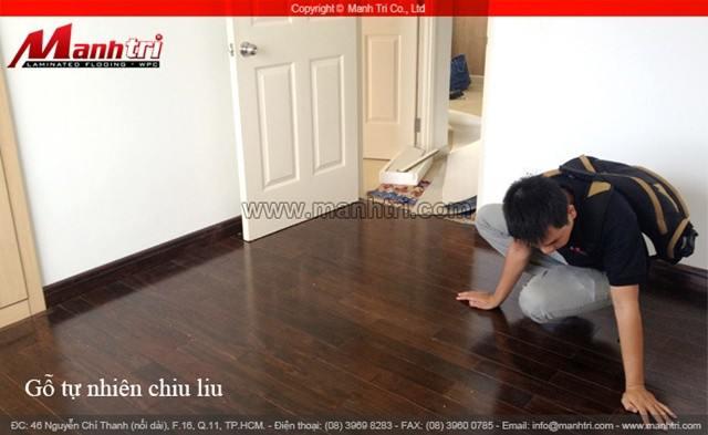 Nhân viên Mạnh Trí kiểm tra sàn gỗ tự nhiên