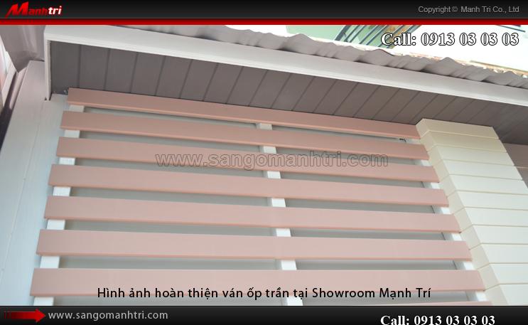 Hình ảnh gỗ ốp trần ngoài trời tại Showroom Mạnh Trí