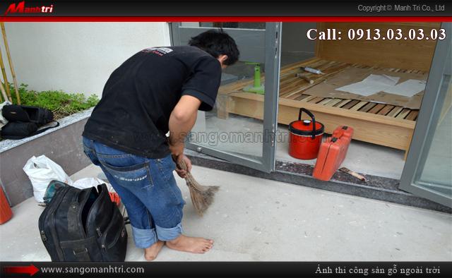 Dọn vệ sinh sàn trước khi thi công lắp đặt ván gỗ nhựa
