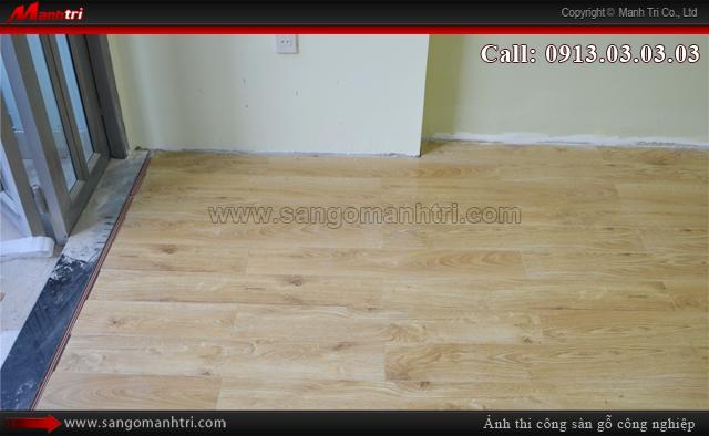 Hình ảnh sàn gỗ công nghiệp khi chưa lắp đặt len chân tường sàn gỗ