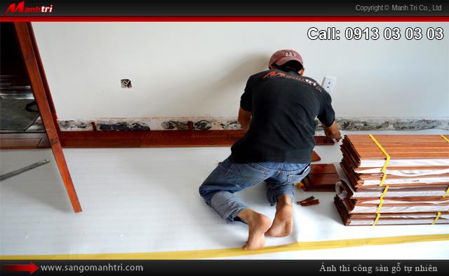 Nhân viên Mạnh Trí lắp đặt gỗ tự nhiên Căm Xe