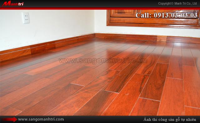 Hình ảnh sàn gỗ tự nhiên Giáng Hương khi lắp đặt len chân tường sàn gỗ