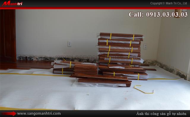 Hình ảnh mẫu gỗ cùng xốp lót sàn dùng thi công tại công trình