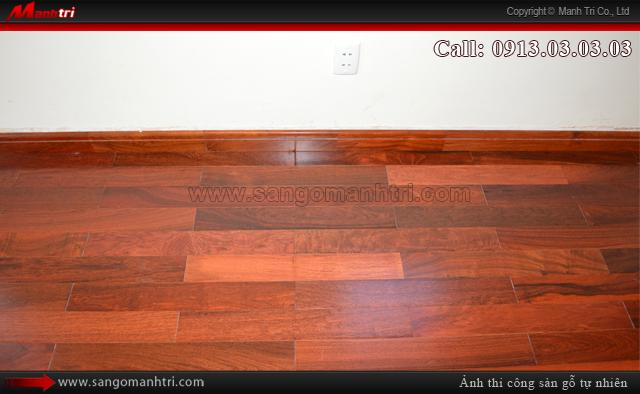 Cận cảnh ván gỗ tự nhiên Giáng Hương khi hoàn thiện cùng len chân tường sàn gỗ