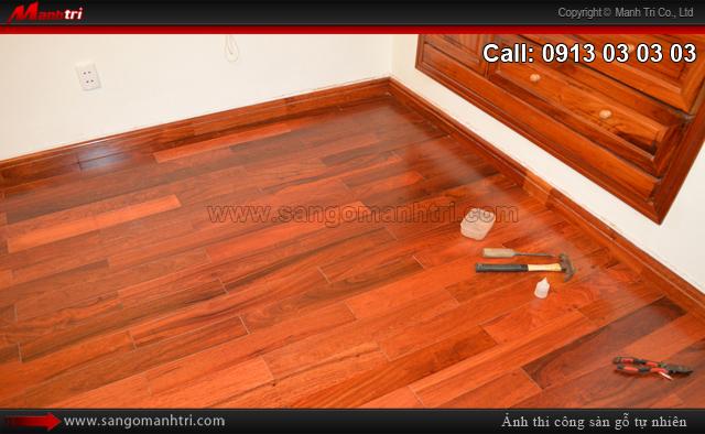 Sàn gỗ tự nhiên Căm Xe khi lắp đặt len chân tường sàn gỗ hoàn thiện