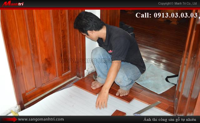 Lắp đặt sàn gỗ tự nhiên Giáng Hương ngay cửa ra vào phòng ngủ