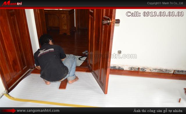 Ván gỗ lót sàn tự nhiên thi công ngay cửa ra vào