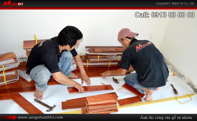Hình ảnh nhân viên Mạnh Trí lắp đặt gỗ tự nhiên Căm Xe tại quận 2, TPHCM