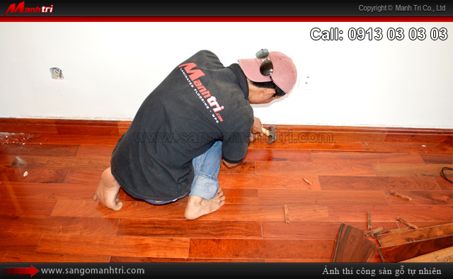 Nhân viên Mạnh Trí lắp đặt len chân tường sàn gỗ