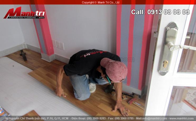 Nhân viên Mạnh Trí bắt đầu lắp đặt sàn gỗ công nghiệp EuroHome D725