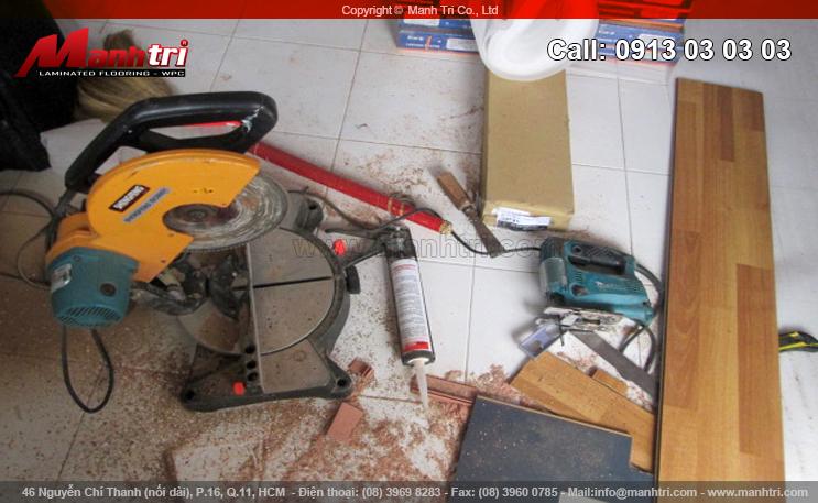 Hình ảnh dụng cụ thi công sàn gỗ cùng sàn trước khi thi công lắp đặt