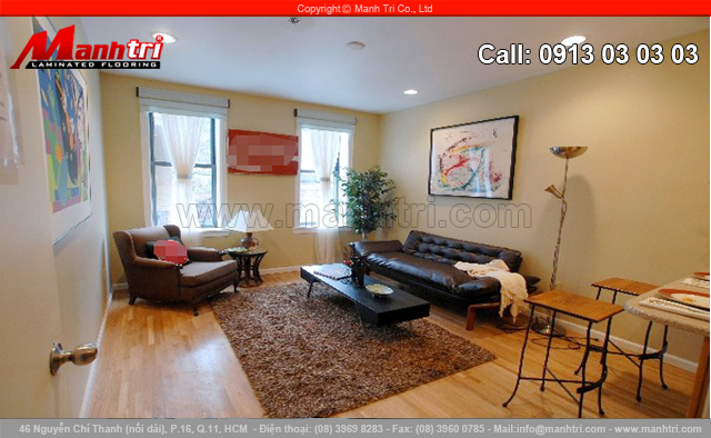 Tâm điểm của phòng khách này là bức tranh màu sắc phía trên sofa.