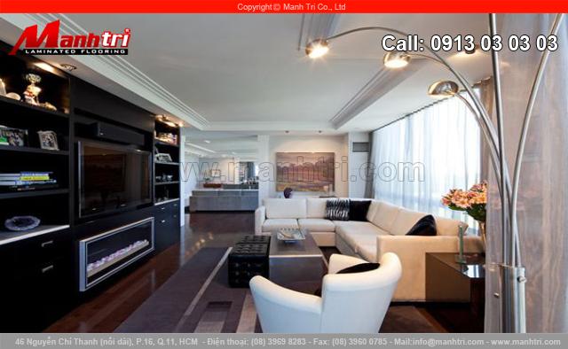 Sofa trắng được kê ở vị trí trung tâm của phòng khách.