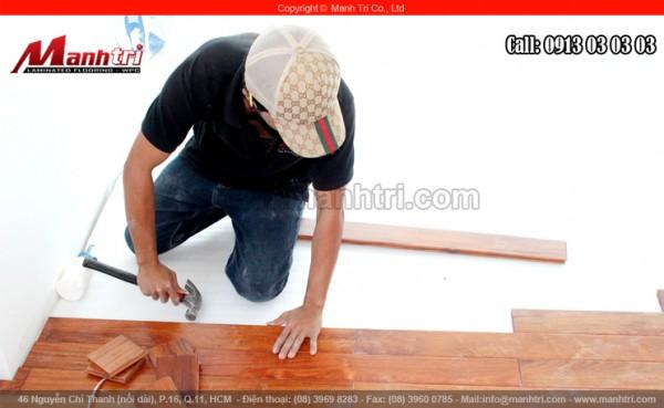 Hình ảnh chiếc búa dùng ghép thi công sàn gỗ