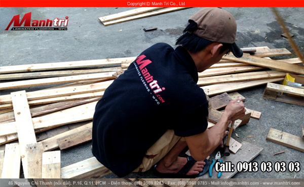 Tháo những cây đinh từ tấm gỗ Pallet tại Showroom Mạnh Trí