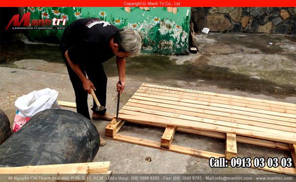Ảnh nhân viên Mạnh Trí tháo gỗ Pallet tại Showroom