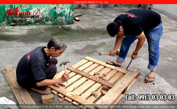 Gỗ Pallet đang được nhân viên thi công Mạnh Trí tháo ra thành từng tấm gỗ