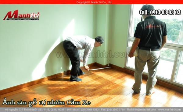 Hình ảnh phòng ngủ khi lót sàn gỗ tự nhiên hoàn thiện và đo lại kích thước của phòng
