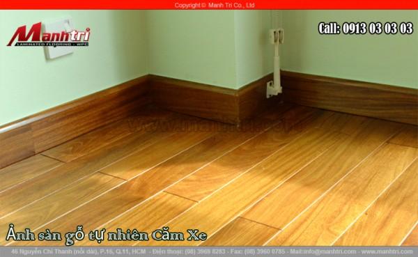 Hình ảnh sàn gỗ tự nhiên Căm Xe hoàn thiện khi nhìn cận cảnh