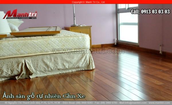 Phòng ngủ được lót sàn bằng gỗ tự nhiên Căm Xe