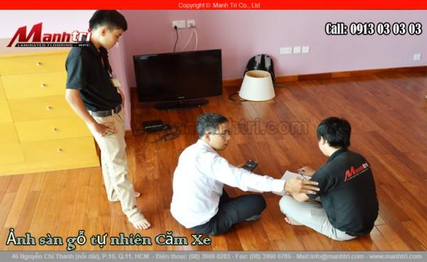 Hình ảnh nhân viên kinh doanh Mạnh Trí cùng khách hàng tính lại kích thước của ván sàn