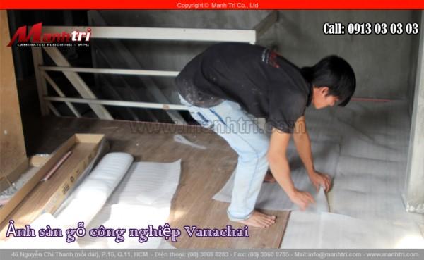 Hình ảnh trải xốp trắng dưới sàn để lắp đặt sàn gỗ công nghiệp Vanachai VF1067