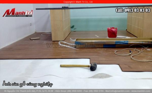 Dùng xốp trắng hoặc xốp tráng bạc lót bên dưới sàn gỗ