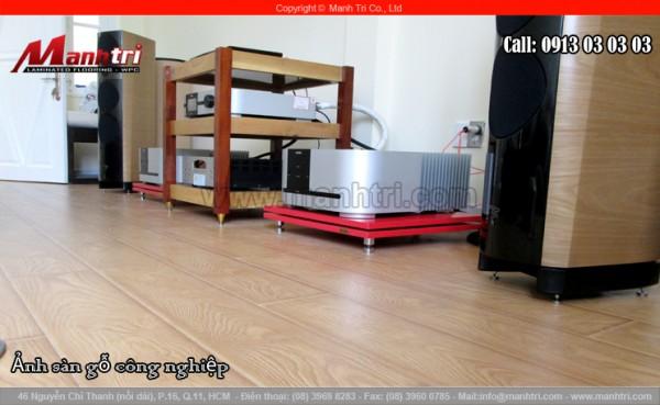 Hình ảnh sàn gỗ công nghiệp khi lắp đặt hoàn thiện