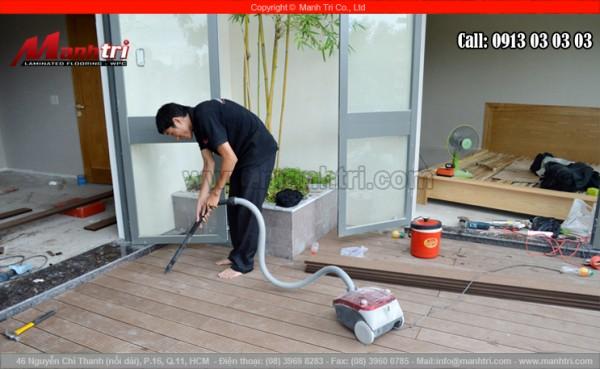 Lắp đặt sàn gỗ nhựa xong dùng máy hút bụi bám trên sàn