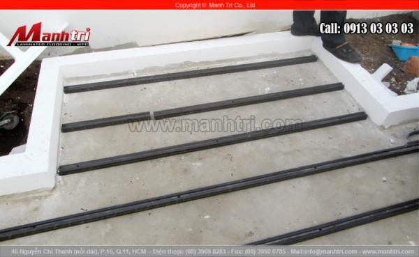 Vệ sinh sàn sạch sẽ trước khi lắp đặt khung xương gỗ