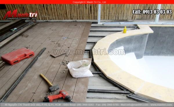 Hình ảnh đang lắp đặt bể bơi ngoài trời và dùng gỗ Awood lót sàn
