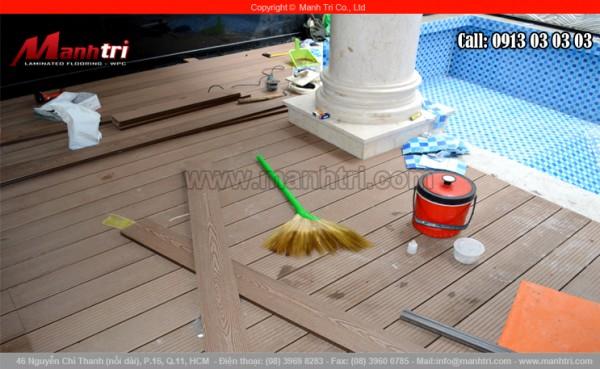 Hình ảnh sàn gỗ hồ bơi trong gia đình đang được thi công lắp đặt