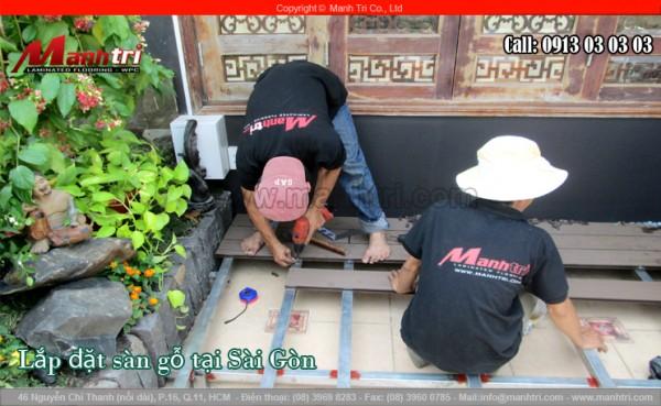Nhân viên Mạnh Trí lắp đặt sàn gỗ nhựa