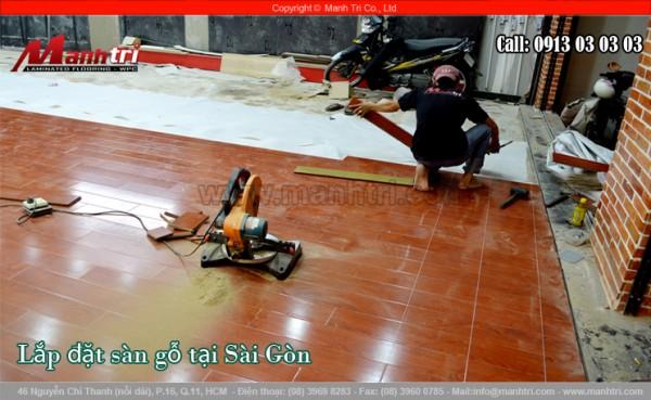 Hình ảnh nhân viên Mạnh Trí lắp đặt sàn gỗ công nghiệp