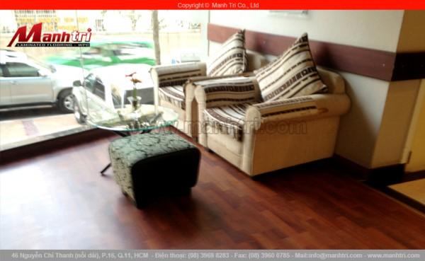 Hình ảnh sàn gỗ công nghiệp Janmi lót sàn phòng khách