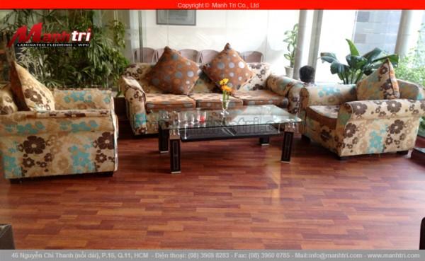 Hình ảnh phòng khách cùng sàn gỗ công nghiệp Janmi