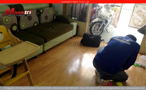 Hình ảnh nhân viên Mạnh Trí đang kiểm tra lại sàn gỗ khi đã thi công hoàn thiện