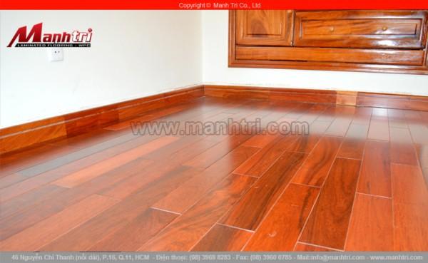 Hình ảnh cận cảnh sàn gỗ tự nhiên Căm Xe lót sàn nhà