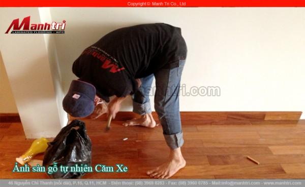 Hình ảnh nhân viên Mạnh Trí lắp đặt len chân tường sàn gỗ