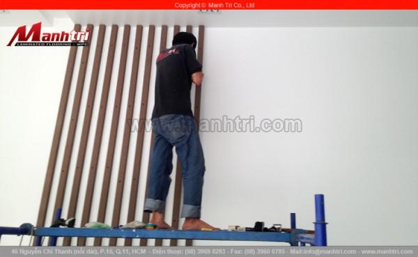 Hình ảnh cận cảnh ốp tường nhà bằng thanh lam gỗ nhựa