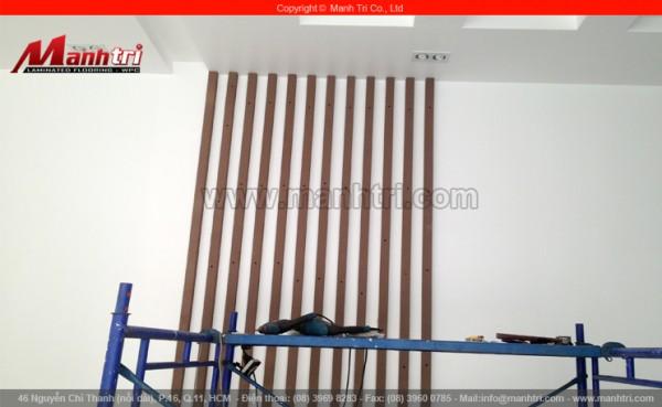 Hình ảnh những cây lam gỗ nhựa được ốp lên tường