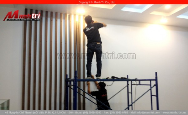Hình ảnh nhân viên Mạnh Trí ốp tường từ những thanh lam gỗ nhựa