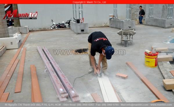 Hình ảnh nhân viên Mạnh Trí đang cắt thanh gỗ Conwood tại công trình