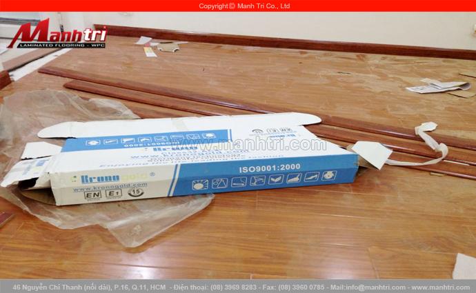 Hình ảnh hộp giấy đựng gỗ và sàn gỗ khi lót sàn